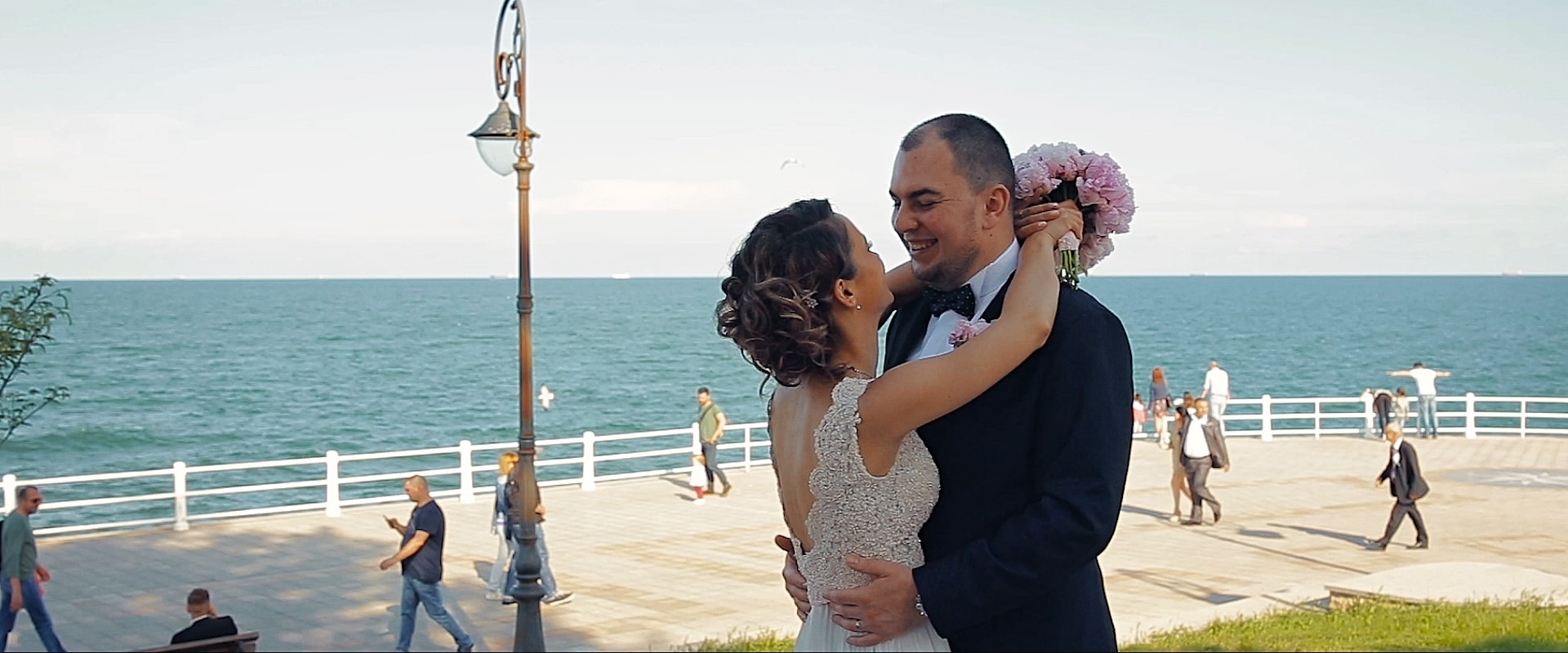 Shooting with the bride and groom during a coastal wedding